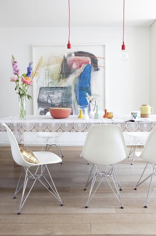 Modern dining room with florals. Gostco via Vtwonen.Modern dining room with florals. Gostco via Vtwonen.